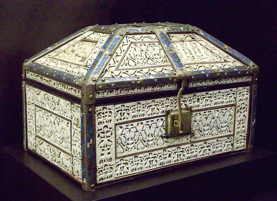 Arqueta andalusí de Palencia. Realizada en el taller de Cuenca de la Taifa de Toledo. Posteriormente estuvo en la Catedral de Palencia. Museo Arqueológico nacional.