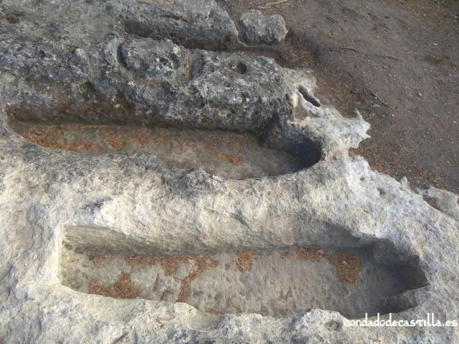 Tumbas junto al orificio en Cueva Santiago (Pinedo)