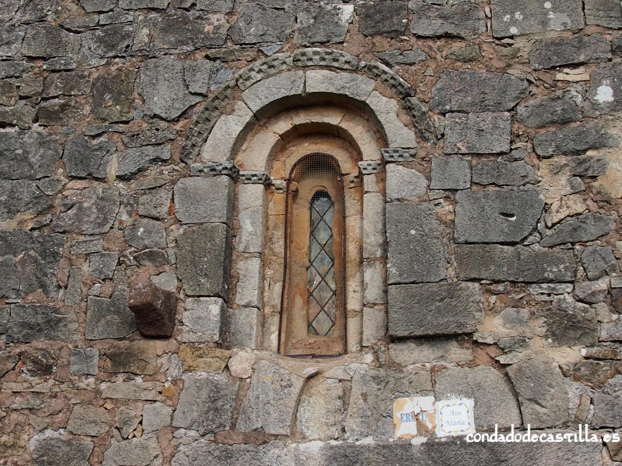 Ventana fachada sur de la ermita de la Virgen del Cerro