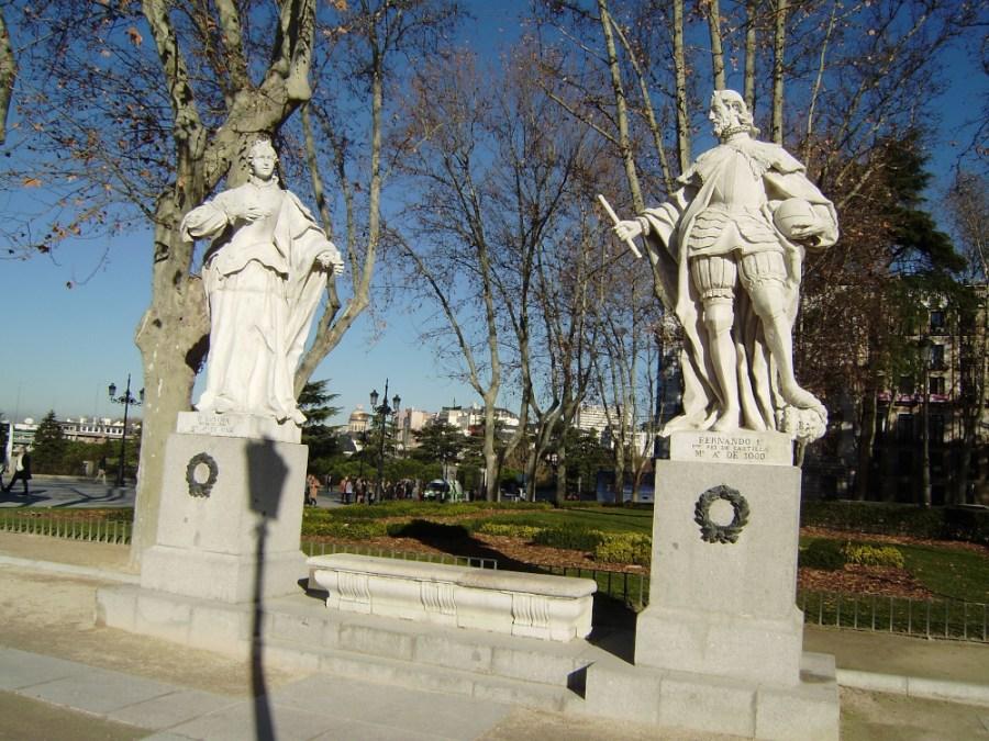 Estatuas de Fernando I y Sancha en la Plaza de Oriente de Madrid