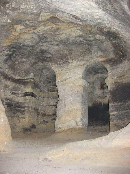 Arcada doble en el interior de San Pelayo de Villacibio a modo de iconostasio