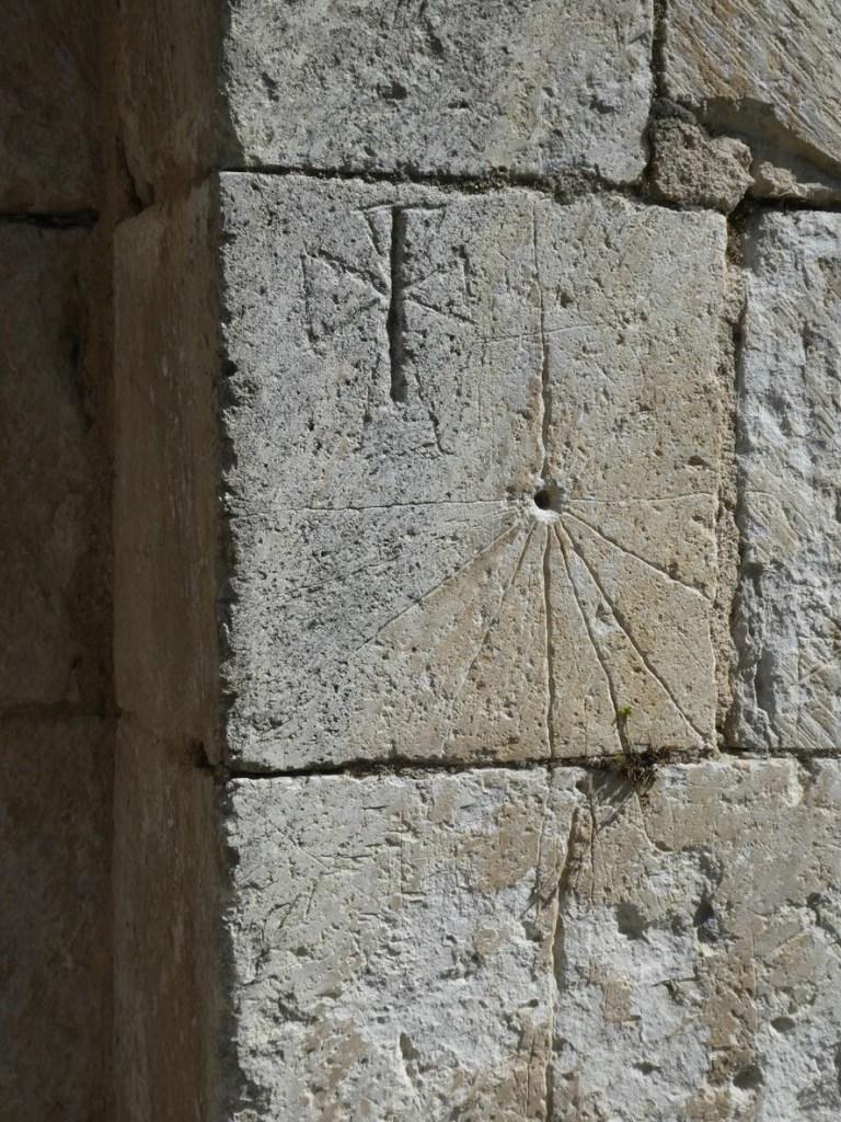 Reloj solar con las horas canónicas en San Román de Tobillas
