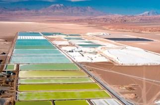 El Salar de Atacama se ubica más de 300 kilómetros al nordeste de la ciudad chilena de Antofagasta, a una altura de 2.300 metros. Aquí se encuentra el 25 por ciento de todas las reservas mundiales de litio. En este momento, las empresas SQM y Albemarle procesan el metal alcalino.