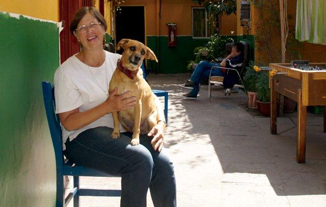 Schwester Teresa mit ihrem Hund Candy im Innenhof des Obdachlosenhauses in der Calle Lircay. Foto: Silvia Kählert