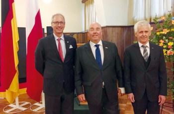 Der neue Honorarkonsul für die Region Araucanía, Andreas Schick, der deutsche Botschafter Rolf Schulze, sowie Carl Fingerhuth bei dessen Verabschiedung als Honorarkonsul.