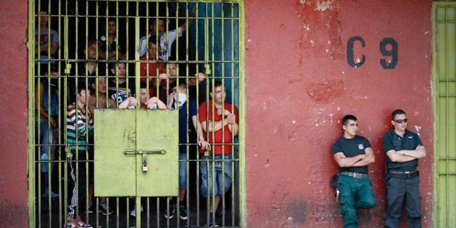 Das Leben hinter der Mauer: Der Schweizer Videokünstler Louis von Adelsheim widmet sich in einer Ausstellung den chilenischen Gefängnissen.