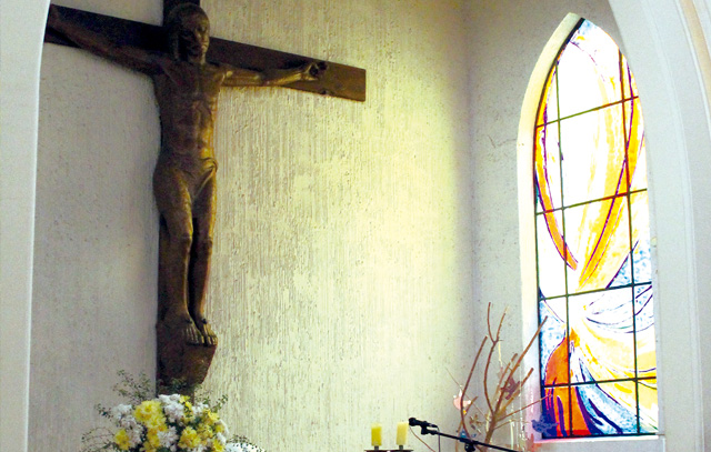 Das neue Fenster neben dem Christuskreuz in der evangelisch-lutherischen Kirche El Redentor