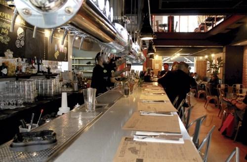 Frisch gezapftes Bier gibt es in der Kross-Bar in Providencia