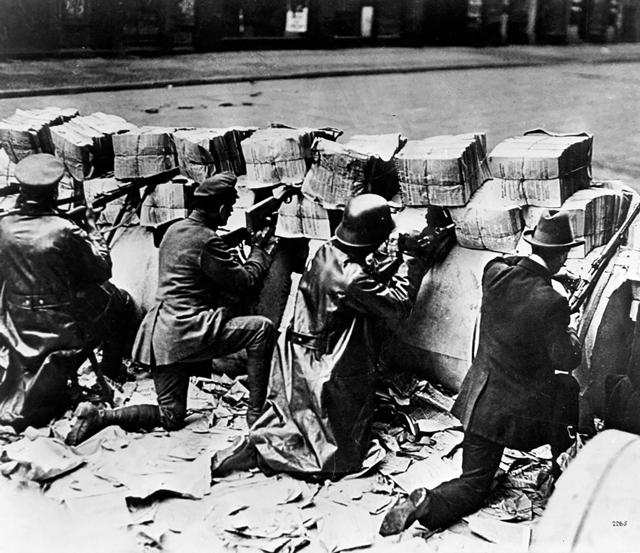 Kampf zwischen den Interessengruppen: Anhänger der Kommunistischen Partei hinter Barrikaden aus Papierrollen am 11. Januar 1919 in München.
