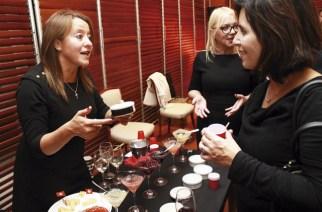 Andrea Sánchez präsentiert Valentina Rojas die Weinperlen auf dem Empfang zum schweizerischen Nationalfeiertag in Santiago de Chile.