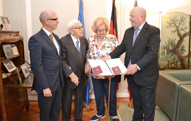 El Jefe de la Sección Consular de la Embajada de Alemania, Carsten Schneider; David Feuerstein, Sara Maria Zucker y el Embajador de Alemania, Rolf Schulze