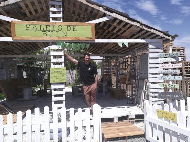 Christian Büttner beim Showroom von Palets de Buin: Das Unternehmen recycelt Holzpaletten und stellt daraus auf Wunsch maßgeschneiderte Terrassen und Möbel her.