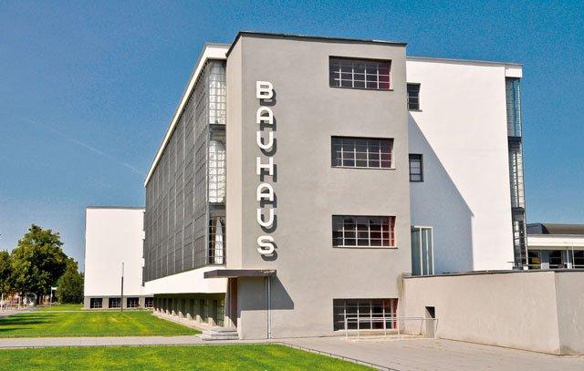 Das von Walter Gropius 1926 entworfene Gebäude der Bauhaus-Schule in Dessau wurde 1926 eingeweiht. Dort begann die Zusammenarbeit mit der Industrie.