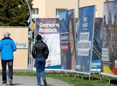 Wahlplakate zu den bevorstehenden Kommunal- und Europawahlen in Rostock, Mecklenburg-Vorpommern. Foto: Bernd Wüstneck/dpa