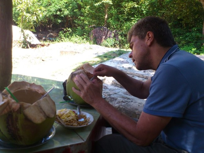 Selama di Indonesia, dimana-mana yang dicari selalu kelapa muda. Tidak pernah sebelumnya makan kelapa muda yang langsung ambil dari pohonnya