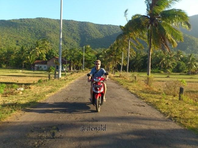 Kedua kali naik sepeda motor seumur hidupnya. Jadi bangga kesenengan si Mas :)