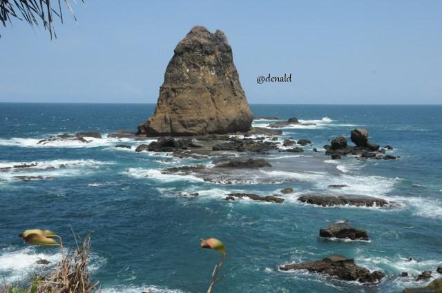 Salah satu karang besar yang ada di Pantai Papuma. Karang-karang tersebut dinamai dengan tokoh pewayangan
