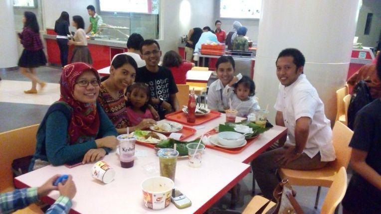 Makan malam bersama teman-teman kuliah yang tinggal di Jakarta. 16 tahun tahun pertemanan. Selalu saling silaturahmi ya Teman :)