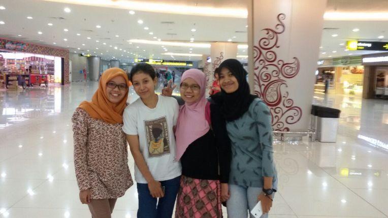 Mungkin saking kasihannya mereka sama saya yang pergi sendirian, akhirnya teman-teman kuliah ini menyususl ke Bandara :) Thanks Girls