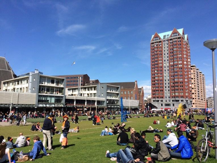 Semua riang gembira pada Koningsdag dan menikmati hangatnya Matahari didepan Markthal