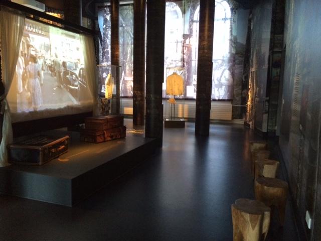 Ini ruangan favorit saya, bisa duduk sambil melihat film. Adem ruangannya. Tempat memutar film itu adalah ranjang.