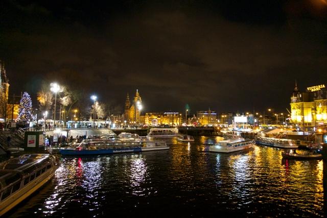Perahu-perahu yang akan membawa menjelajah kanal-kanal di Amsterdam.