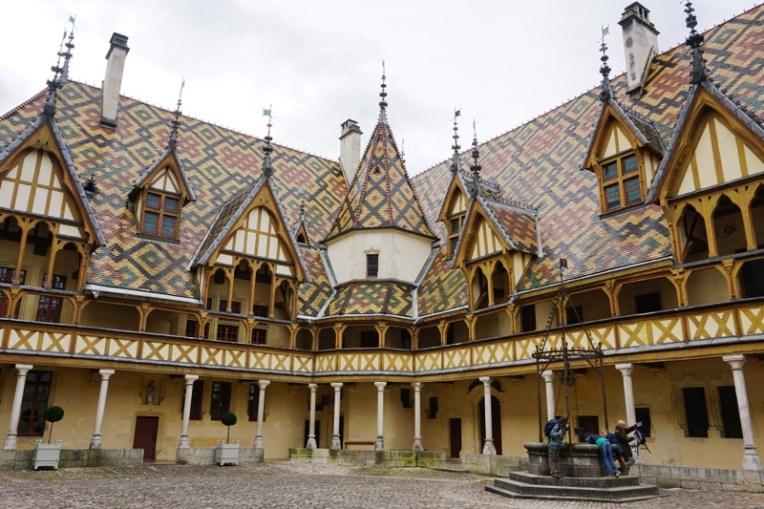 Hôtel-Dieu, Beaune, rumah sakit bagi masyarakat miskin yang dibangun oleh Kanselir Nicolas Rolin dan istrinya pada pertengahan abad ke-15