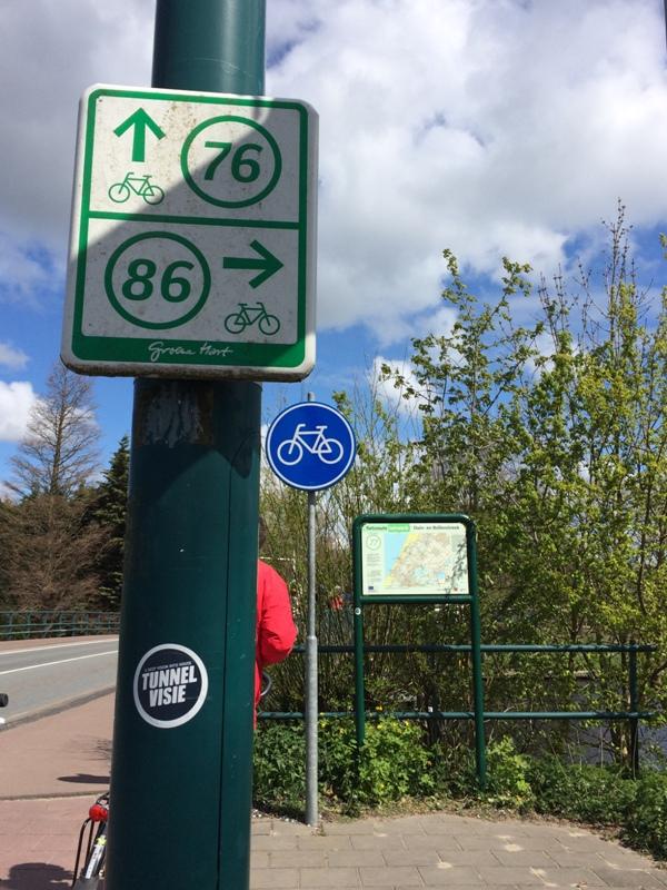 Tanda bersepeda dan peta didepan sana yang menunjukkan pemberhentian dititik nomer berapa.