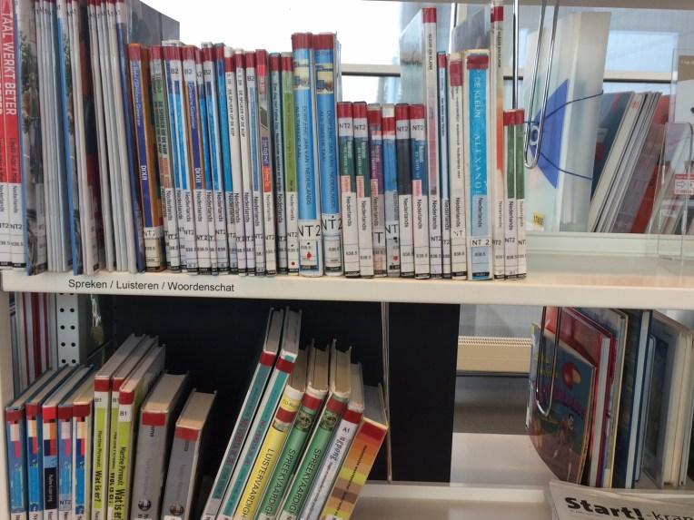 Buku-buku NT2 di perpustakaan pusat Den Haag