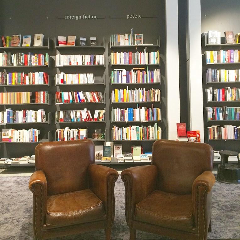 Disediakan kursi untuk membaca. Saya pernah nyaris ketiduran di kursi ini karena suasana toko bukunya yang nyama, kursinya empuk, dan saya memang sedang mengantuk :p