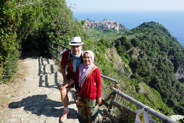 Inilah kami saat trekking di Cinque Terre dan saya memakai celana bolong :)))
