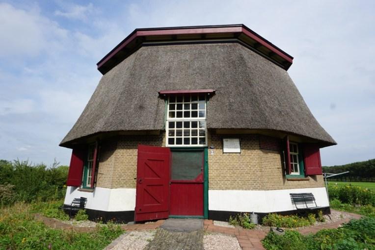 Rumah yang dulunya juga berfungsi sebagai kincir angin. Saat ini kincir anginnya tidak berfungsi lagi, tinggal rumahnya saja dihuni oleh seorang Opa. Rumah ini dibangun tahun 1800an