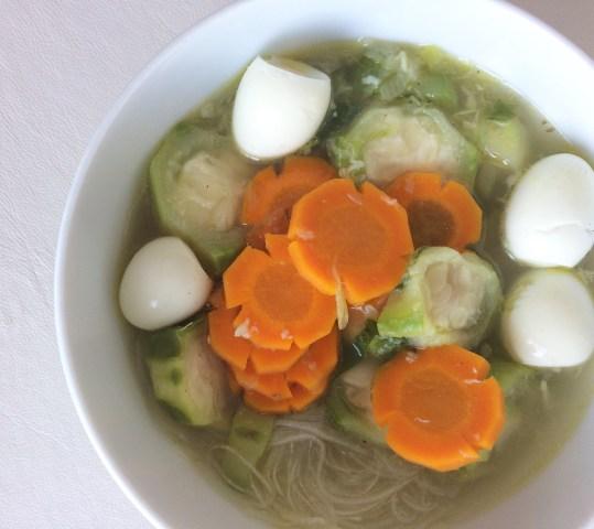 Sop gambas dengan wortel, bihun, dan telur puyuh