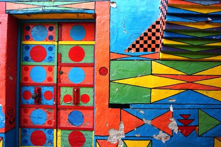 Salah satu tembok yang dicat berwarna warni di Burano