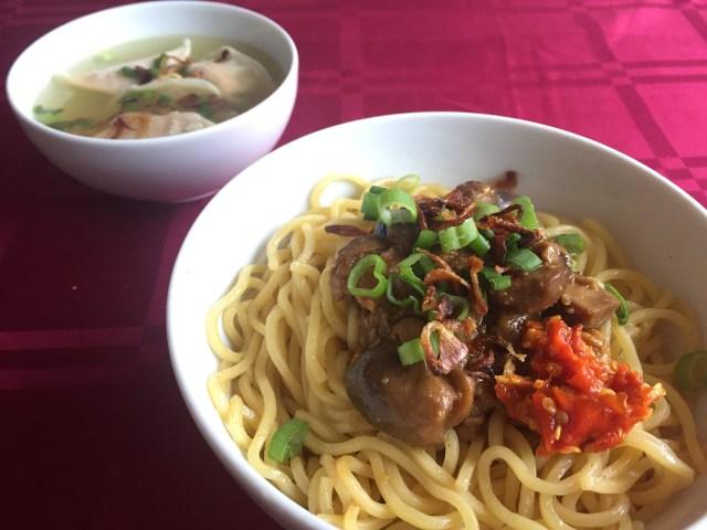 Kangen sih makan mie jamur bikinan sendiri seperti ini yang dimakan pakai kuah anget sama pangsit isinya sayuran