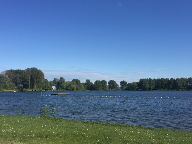 Danau dekat rumah ketika sedang sepi
