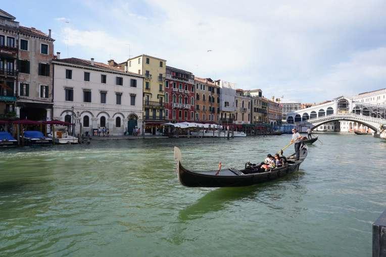 Venezia. Gondola dan Rialto Bridge