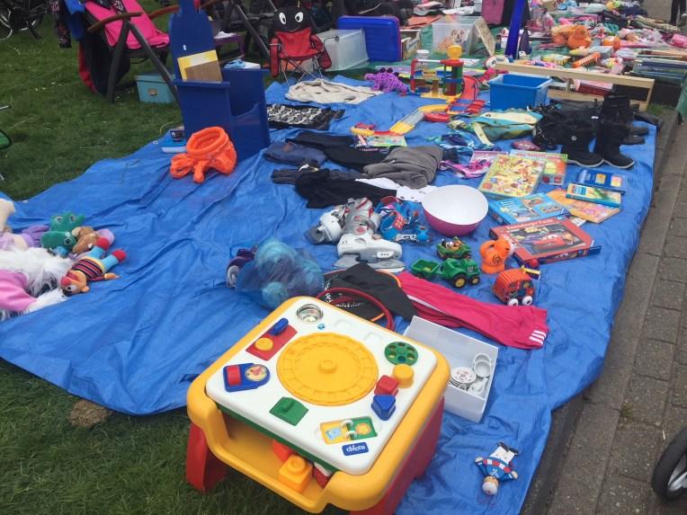 Yang dijual banyak barang-barang anak-anak