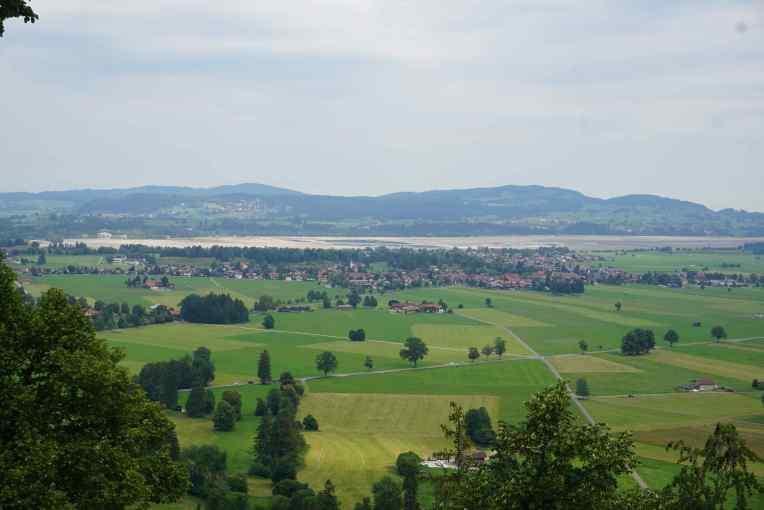 Pemandangan dari halaman kastil