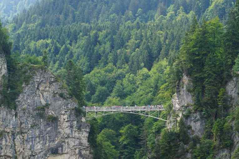 Dari jembatan di depan sana, bisa melihat kastil dengan sudut yang paling baik