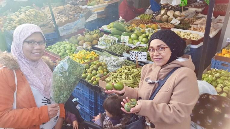 Muka gembira bersama teman yang kena kompor datang dari Rotterdam khusus ke Haagse Markt. Saya gembira ada daun kelor, dia gembira karena bisa beli kedondong dan terong hijau. Gembira itu gampang ternyata haha
