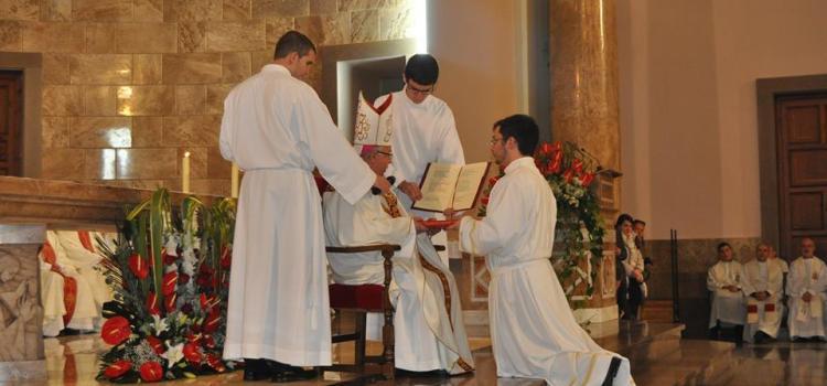 Els seminaristes, entre ells Jordi, celebren el rite de lectorat i acolitat