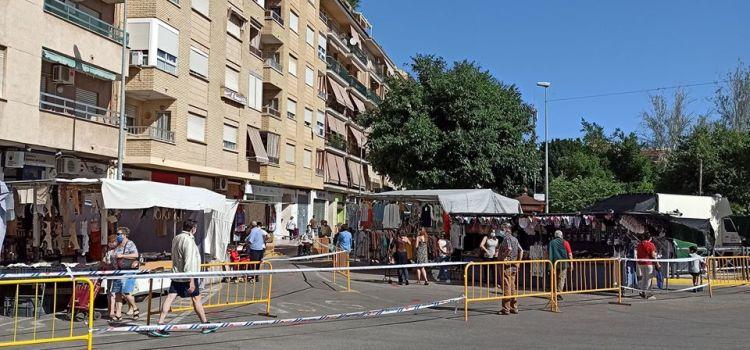 Agraïment dels venedors i venedores del mercat ambulant a l'Ajuntament de Canals.