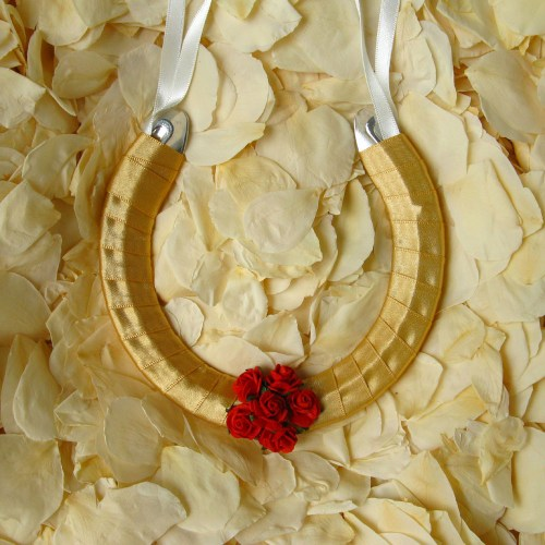 wedding horseshoe gold and red roses