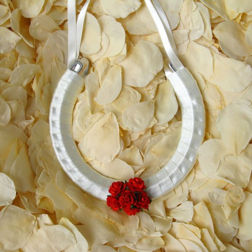 wedding horseshoe red roses