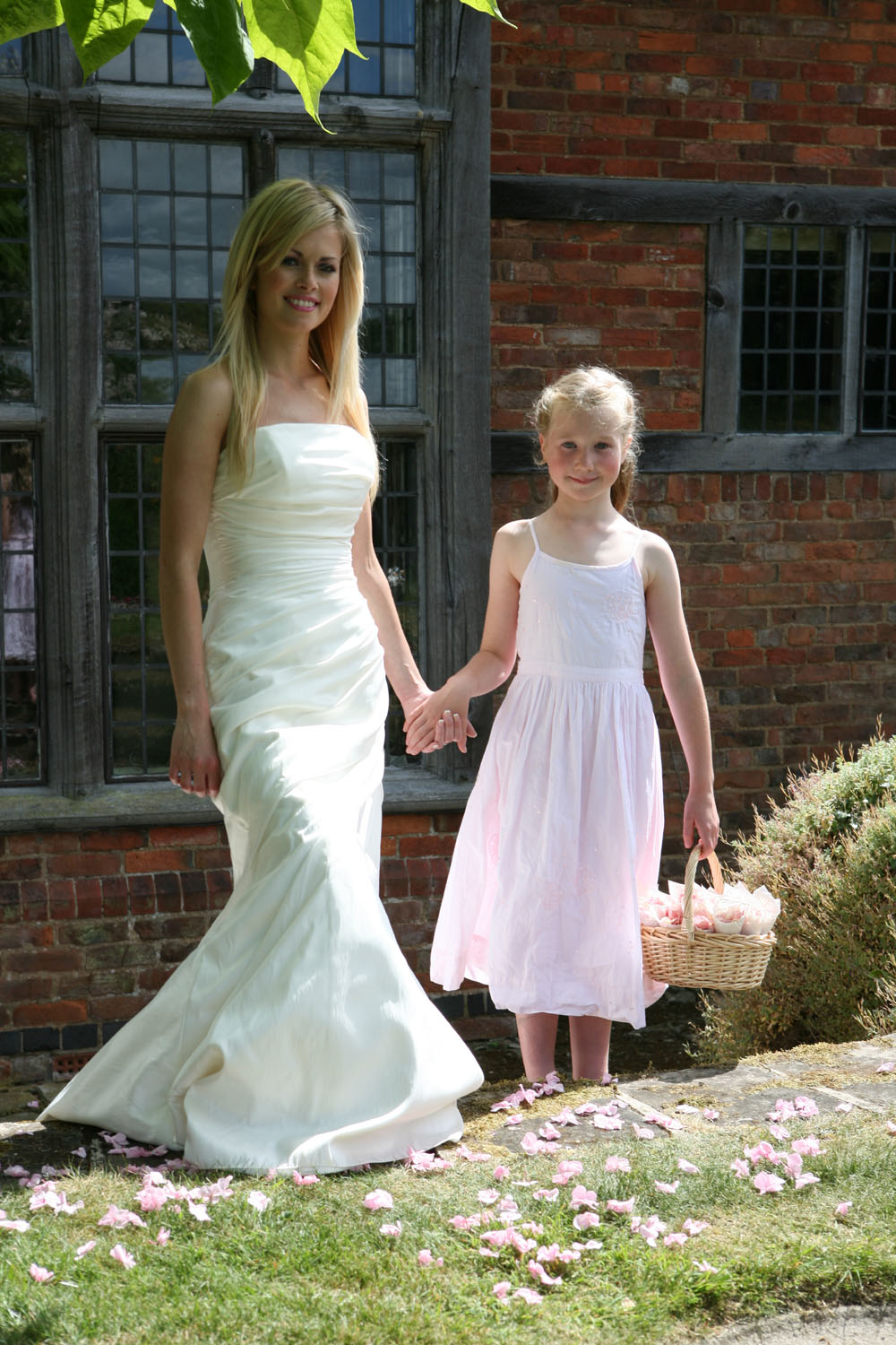 Flower petals - wedding aisles and petal pathways: Bride and flower girl