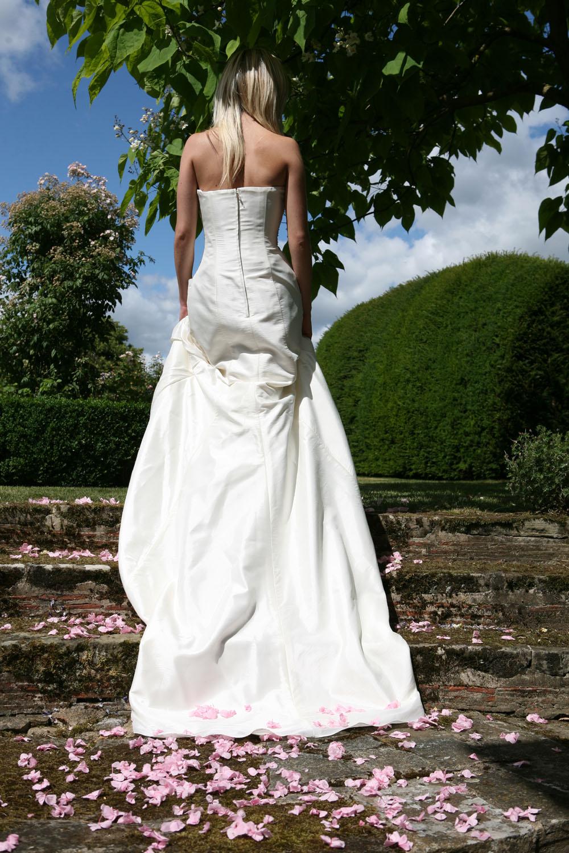 Flower petals - wedding aisles and petal pathways: The bride walks up petal strewn steps