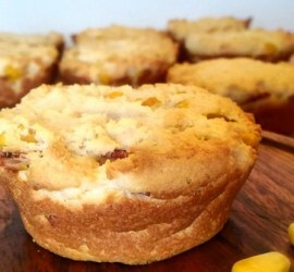 Muffins tibios de choclo y queso parmesano