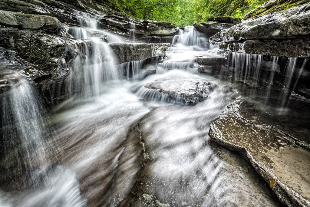 Waterfall and river at Robert H. Treman State Park in Ithaca, Finger Lakes - EE.UU. by Fernando Sánchez Arribas - conmisojos