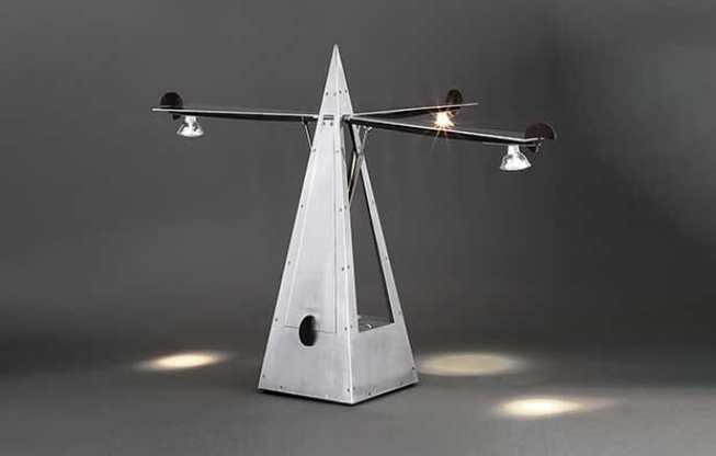 Lampe « Métronome » de Yonel Lebovici , 1984, estimée de 18 000 à 22 000 euros, incluse dans la vente Live à huis clos de Tajan du 8 avril ©Tajan